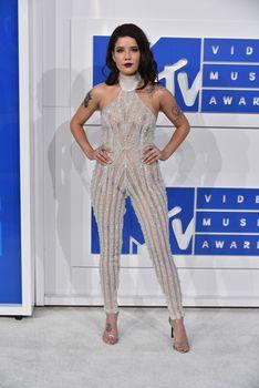 Обнажённая Холзи в прозрачном наряде на MTV Video Music Awards фото #3