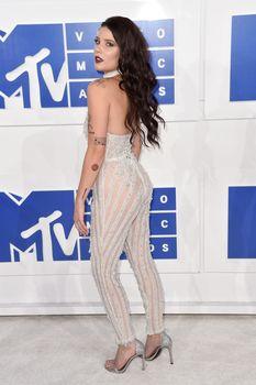 Обнажённая Холзи в прозрачном наряде на MTV Video Music Awards фото #4