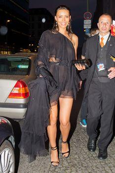 Красотка Ильфенеш Хадера засветила грудь в прозрачном наряде в Берлине фото #6