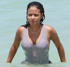 Сексуальная грудь Кристины Милиан в бикини на пляже Майами фото #6