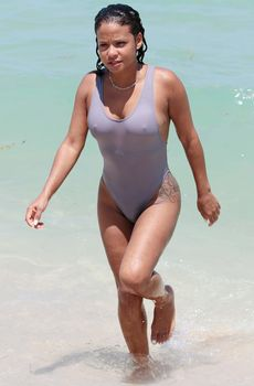 Сексуальная грудь Кристины Милиан в бикини на пляже Майами фото #12