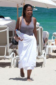 Сексуальная грудь Кристины Милиан в бикини на пляже Майами фото #20