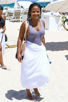 Сексуальная грудь Кристины Милиан в бикини на пляже Майами фото #21