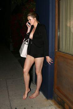 Горячая Айрленд Болдуин засветила сиськи в Западном Голливуде фото #8
