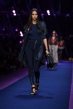 Красивая Ирина Шейк засветила грудь сквозь прозрачный наряд на Versace Fashion Show фото #1