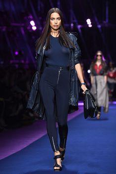 Красивая Ирина Шейк засветила грудь сквозь прозрачный наряд на Versace Fashion Show фото #2