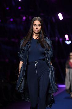 Красивая Ирина Шейк засветила грудь сквозь прозрачный наряд на Versace Fashion Show фото #4