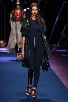 Красивая Ирина Шейк засветила грудь сквозь прозрачный наряд на Versace Fashion Show фото #5