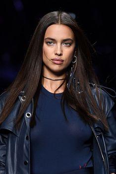 Красивая Ирина Шейк засветила грудь сквозь прозрачный наряд на Versace Fashion Show фото #6