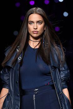 Красивая Ирина Шейк засветила грудь сквозь прозрачный наряд на Versace Fashion Show фото #8