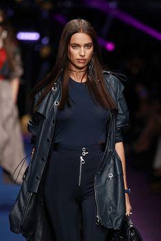 Красивая Ирина Шейк засветила грудь сквозь прозрачный наряд на Versace Fashion Show фото #10