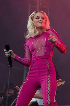 Зара Ларссон засветила сосок на фестивале Bravalla в Швеции фото #9