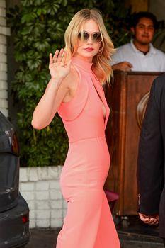 Шикарная грудь Дженьюэри Джонс в сексуальном наряде на Vogue Fashion Fund Party фото #2