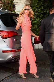 Шикарная грудь Дженьюэри Джонс в сексуальном наряде на Vogue Fashion Fund Party фото #3