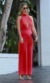 Шикарная грудь Дженьюэри Джонс в сексуальном наряде на Vogue Fashion Fund Party фото #6