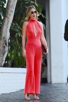 Шикарная грудь Дженьюэри Джонс в сексуальном наряде на Vogue Fashion Fund Party фото #7