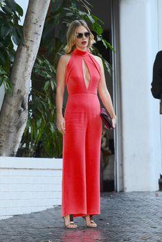 Шикарная грудь Дженьюэри Джонс в сексуальном наряде на Vogue Fashion Fund Party фото #9