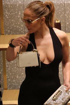 Шикарное декольте Дженнифер Лопес в сексуальном наряде во время шоппинга в Майами фото #1