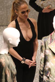 Шикарное декольте Дженнифер Лопес в сексуальном наряде во время шоппинга в Майами фото #4