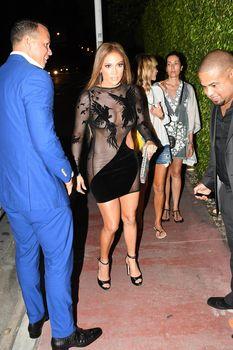 Сексуальная Дженнифер Лопес в полностью прозрачном наряде на Майами фото #5