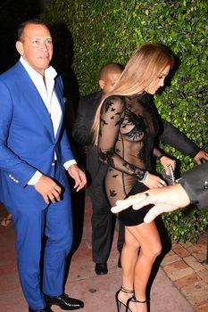 Сексуальная Дженнифер Лопес в полностью прозрачном наряде на Майами фото #9