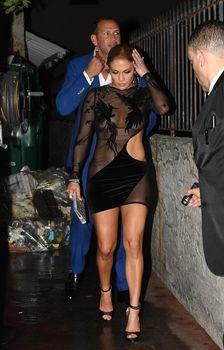 Сексуальная Дженнифер Лопес в полностью прозрачном наряде на Майами фото #11