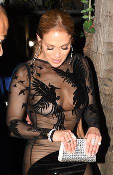 Сексуальная Дженнифер Лопес в полностью прозрачном наряде на Майами фото #12