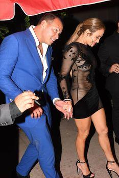 Сексуальная Дженнифер Лопес в полностью прозрачном наряде на Майами фото #15