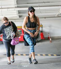 Торчащие соски Джессики Альбы в спортивном лифчике на прогулке фото #6