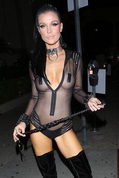 Красотка Джоанна Крупа засветила грудь в прозрачном костюме на Хэллоуин фото #3
