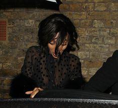 Красавица Джордан Данн засветила грудь в прозрачном наряде под зонтиком фото #1