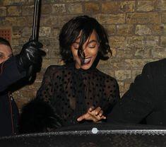 Красавица Джордан Данн засветила грудь в прозрачном наряде под зонтиком фото #2