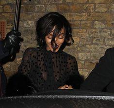 Красавица Джордан Данн засветила грудь в прозрачном наряде под зонтиком фото #3