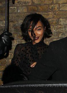 Красавица Джордан Данн засветила грудь в прозрачном наряде под зонтиком фото #4