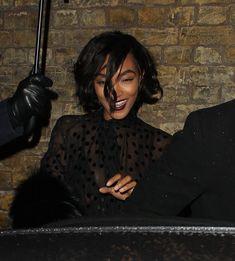 Красавица Джордан Данн засветила грудь в прозрачном наряде под зонтиком фото #5