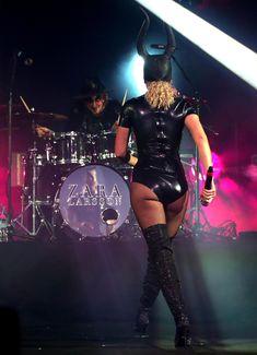 Упругая попка Зары Ларссон в сексуальном костюме из латекса на VEVO Halloween фото #2