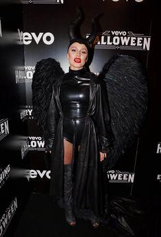 Упругая попка Зары Ларссон в сексуальном костюме из латекса на VEVO Halloween фото #3
