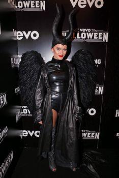 Упругая попка Зары Ларссон в сексуальном костюме из латекса на VEVO Halloween фото #4