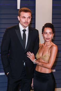 Зои Кравиц в засветила соски на вечеринке Vanity Fair фото #10