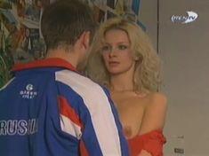 Голая грудь Александры Флоринской в сериале «Провинциалы» фото #2