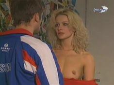 Голая грудь Александры Флоринской в сериале «Провинциалы» фото #4