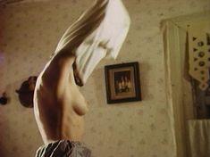 Голая грудь Анны Маланкиной в фильме «Заколдованные» фото #4