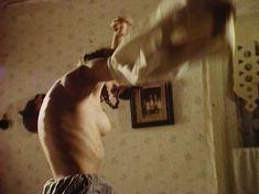 Голая грудь Анны Маланкиной в фильме «Заколдованные» фото #7