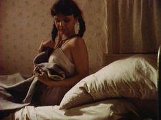 Голая грудь Анны Маланкиной в фильме «Заколдованные» фото #20