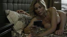 Голые сиськи Анны Невской в сериале «Звоните ДиКаприо!» фото #5