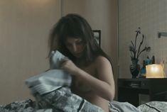 Голая грудь Анны Поповой в фильме «Отец поневоле» фото #3