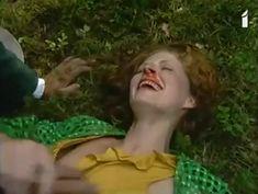 Аурелия Анужите оголила грудь в фильме «Сладкий вкус яда» фото #5