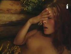 Аурелия Анужите оголила грудь в фильме «Сладкий вкус яда» фото #9