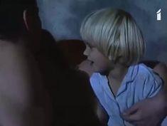 Аурелия Анужите оголила грудь в фильме «Сладкий вкус яда» фото #15