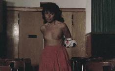Виржини Виньон показала голую грудь в фильме «Убийственное лето» фото #1